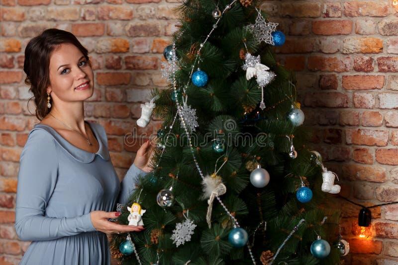 Belle jeune femme près d'arbre de Noël Vacances, cadeau, et concept de nouvelle année images libres de droits