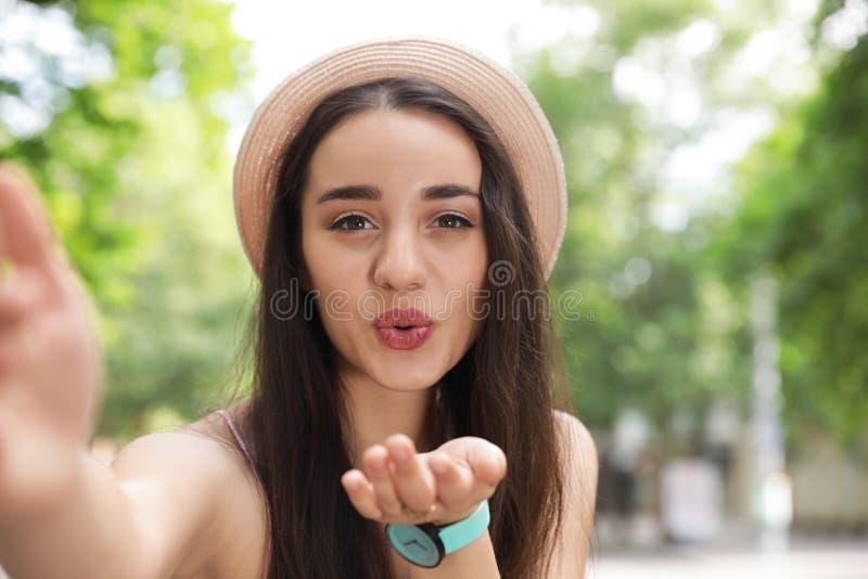 Belle jeune femme prenant le selfie dehors photo libre de droits