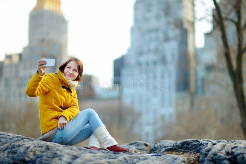 Belle jeune femme prenant un selfie images libres de droits