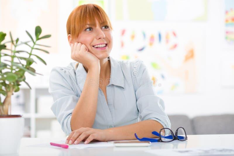 Belle jeune femme professionnelle reposant son bureau à sa maison image libre de droits