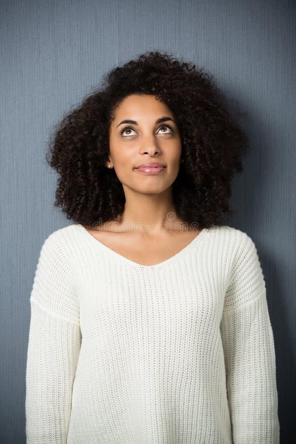 Belle jeune femme réfléchie d'Afro-américain photos libres de droits
