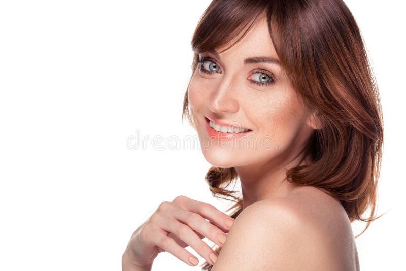 Belle jeune femme rousse avec le portrait de taches de rousseur sur le blanc images stock