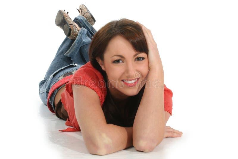Belle jeune femme s'étendant sur l'étage photos libres de droits