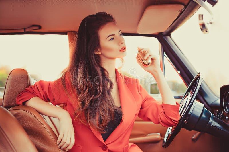 Belle jeune femme s'asseyant dans la voiture images libres de droits