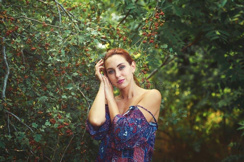 Belle jeune femme se reposant en parc d'été, appréciant la nature dehors images stock