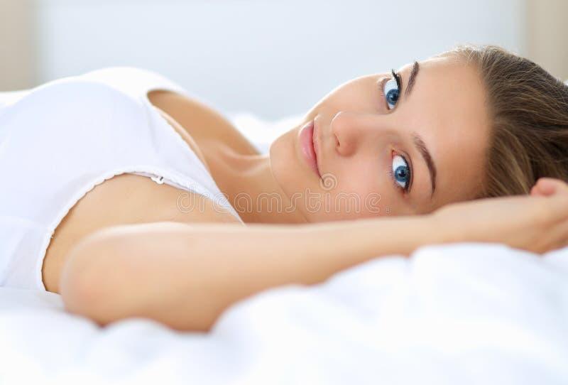 Download Belle Jeune Femme Se Situant Dans Le Lit Confortablement Et Avec Bonheur Photo stock - Image du réveil, rêver: 87701062