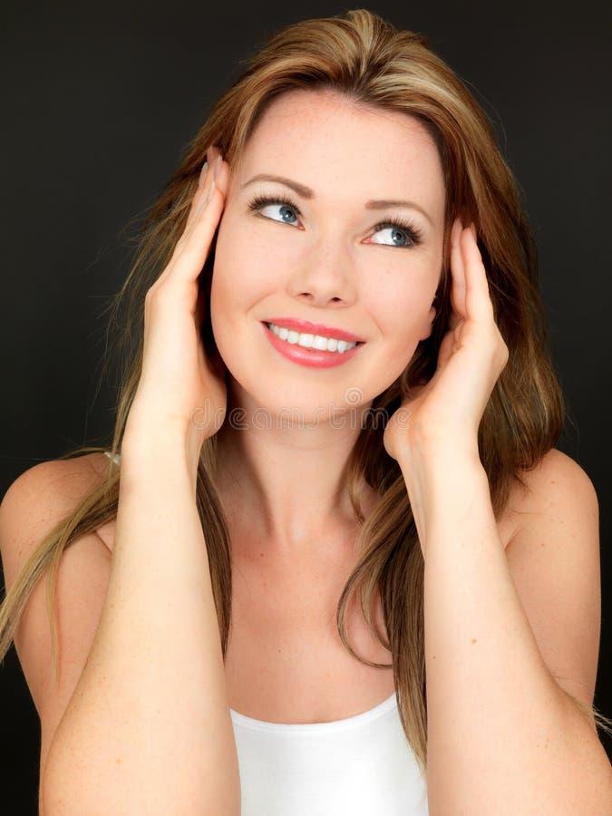Belle jeune femme sensuelle attirante souriant heureusement images libres de droits