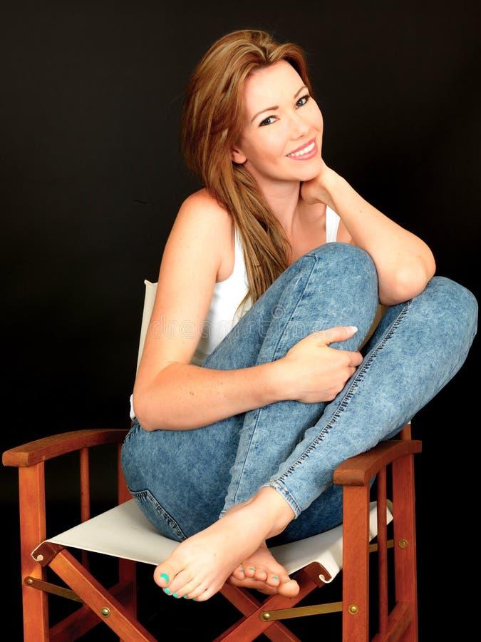 Belle jeune femme sensuelle attirante souriant heureusement photographie stock libre de droits