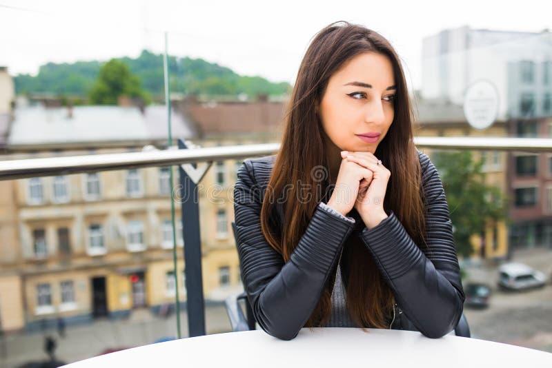 Belle jeune femme seul s'asseyant en café sur une attente de terrasse l'ordre Pause-café après l'achat Belle jeune femme ayant photo stock