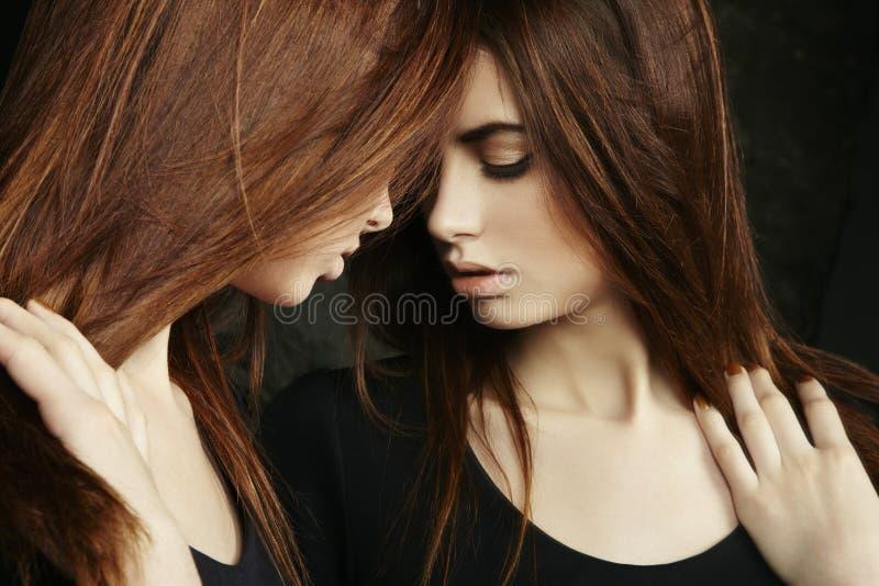 Belle jeune femme sexy près d'un miroir photo stock