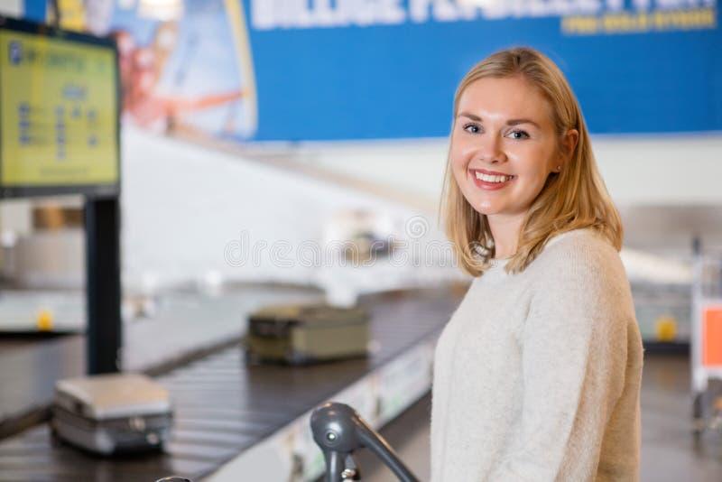 Belle jeune femme souriant à l'aéroport images stock