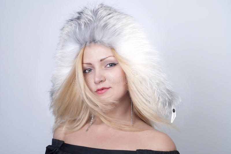 Belle jeune femme souriant dans le chapeau de fourrure photo libre de droits