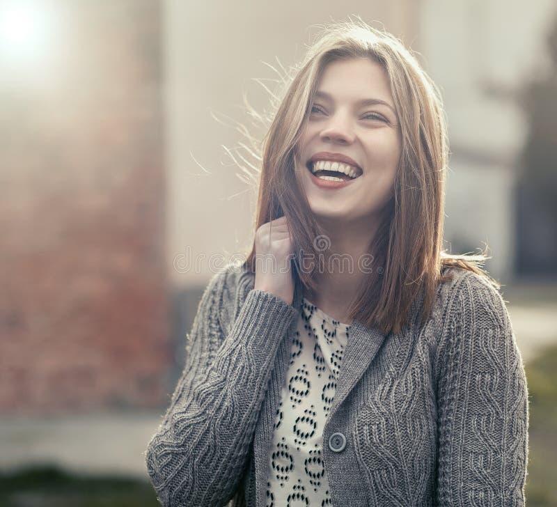 Belle jeune femme souriant - extérieur images libres de droits