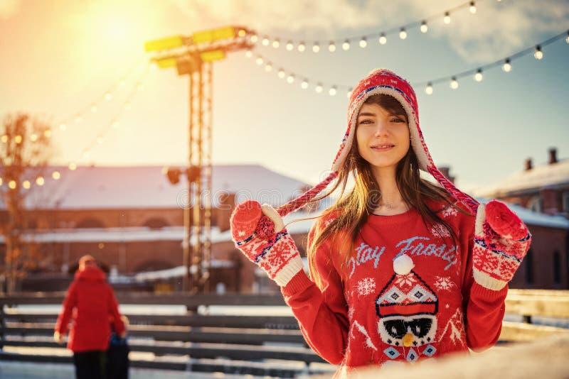 Belle jeune femme sur la patinoire, souriant au soleil photographie stock libre de droits