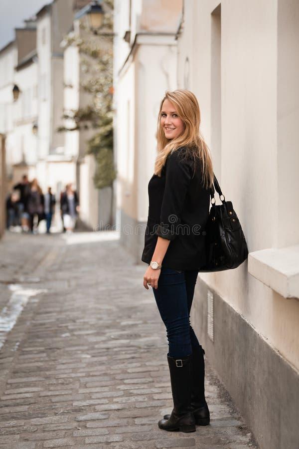 Belle jeune femme sur la rue à Paris image stock