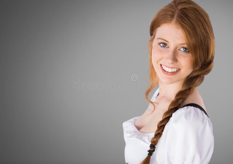 Belle jeune femme sur le fond gris avec les cheveux tressés illustration libre de droits