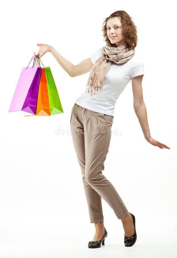 Belle jeune femme tenant des sacs à provisions photos libres de droits