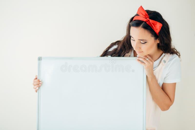 Belle jeune femme tenant un signe vide Ajoutez votre propre texte photo libre de droits