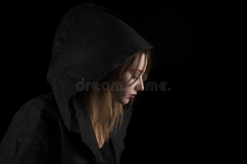 Belle jeune femme utilisant le capot noir image libre de droits