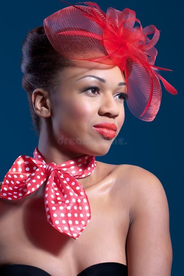 Belle jeune femme utilisant un rétro chapeau de voile photos stock