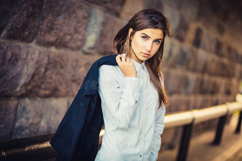 Belle jeune fille à la mode photo libre de droits