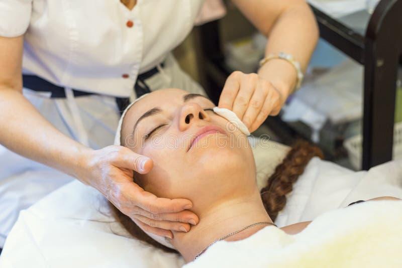 Belle jeune fille à la session de procédure avec l'esthéticien, nettoyant et rajeunissant la peau faciale Concept de cosmétologie images stock