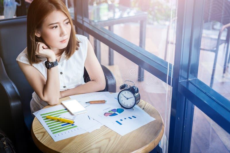 Belle jeune fille asiatique travaillant à un café photographie stock libre de droits
