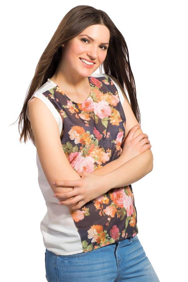Belle jeune fille aux cheveux longs avec les bras croisés images stock