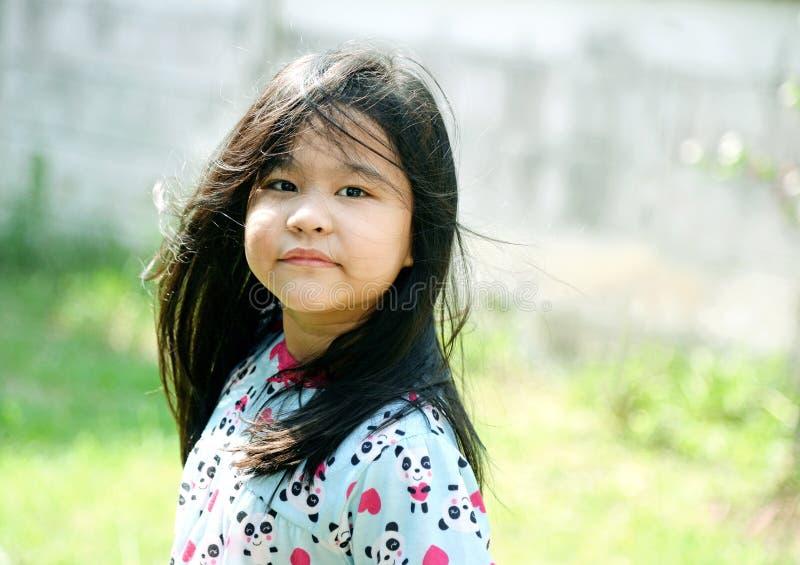 Belle jeune fille avec de longs cheveux images libres de droits