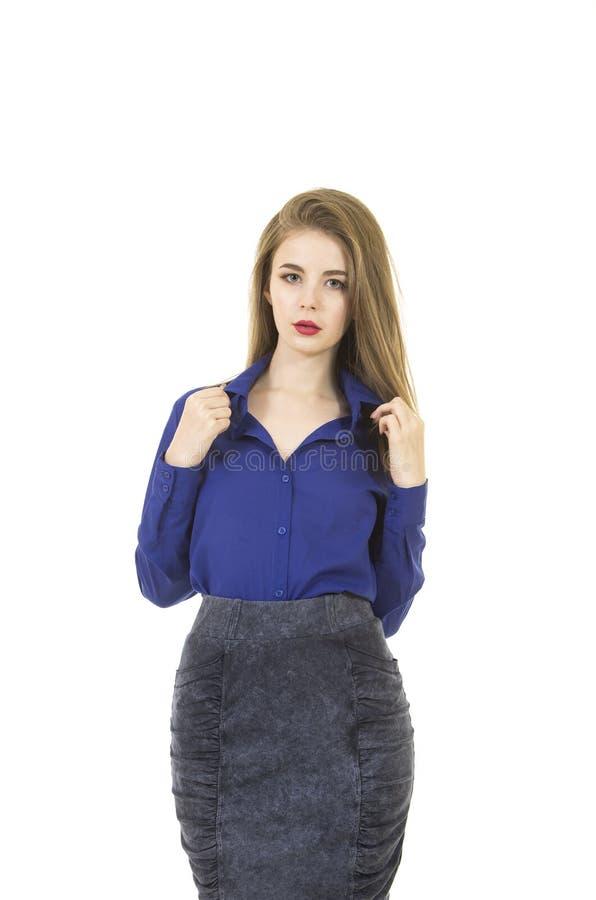 Belle, jeune fille avec de longs cheveux et maquillage, chemise bleue et jupe foncée photographie stock