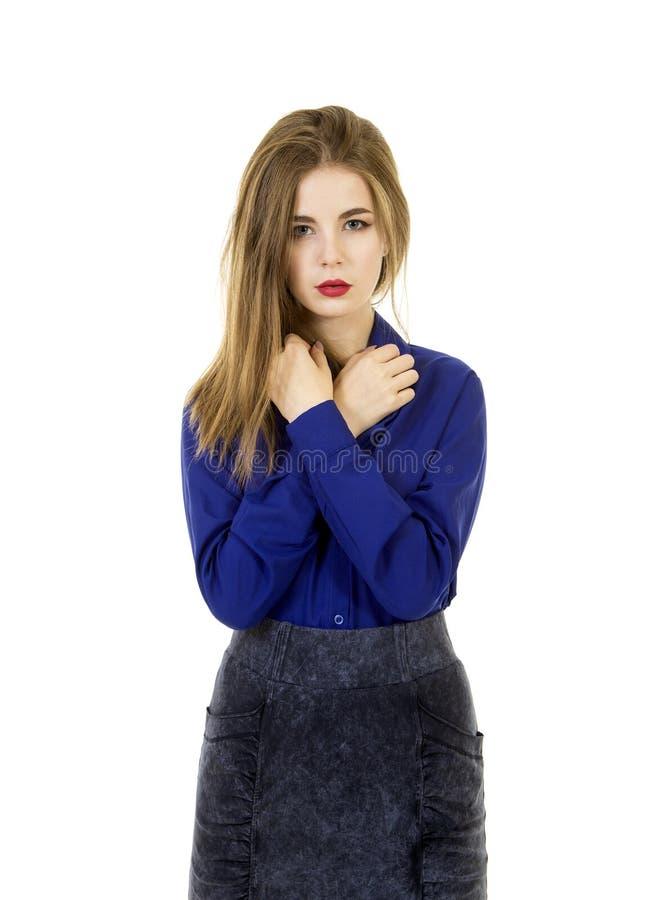 Belle, jeune fille avec de longs cheveux et maquillage, chemise bleue et jupe foncée photos stock