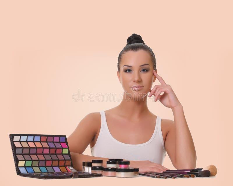 Belle jeune fille avec des cosmétiques photographie stock libre de droits