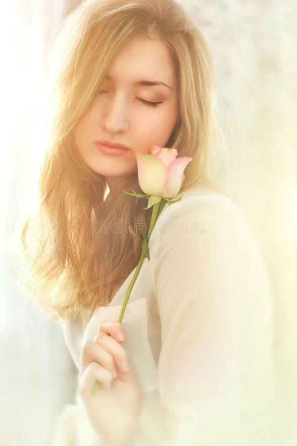 Belle jeune fille avec des fleurs images libres de droits