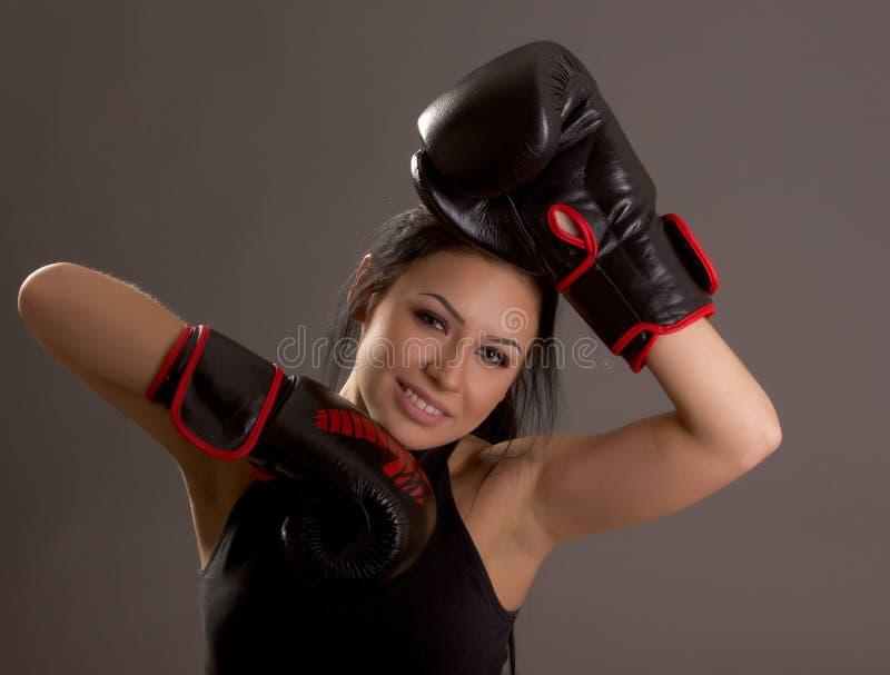 Belle jeune fille avec des gants de boxe photos libres de droits