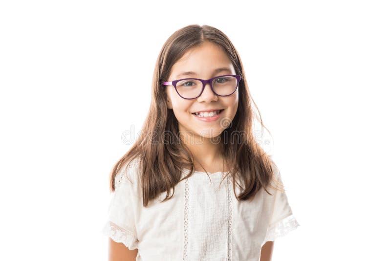 Belle jeune fille avec des verres d'isolement images stock
