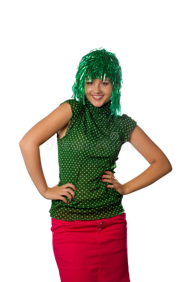 Belle jeune fille avec la perruque verte sur le blanc image stock