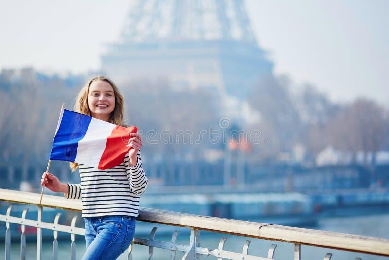 Belle jeune fille avec le drapeau national français images libres de droits