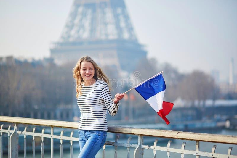 Belle jeune fille avec le drapeau national français photo libre de droits