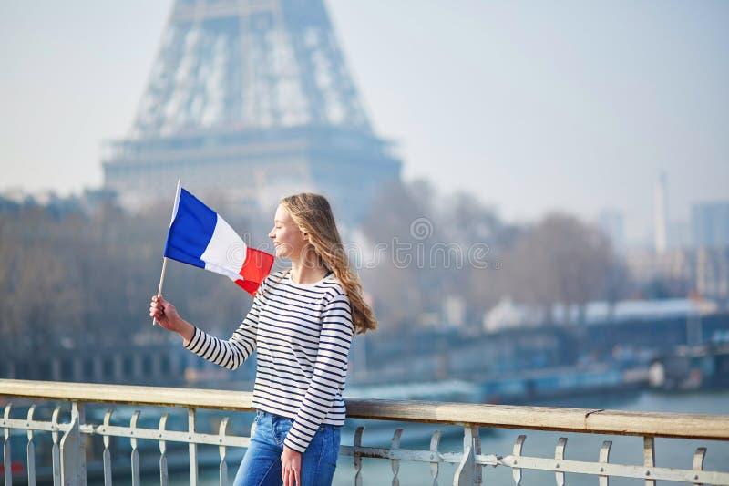 Belle jeune fille avec le drapeau national français images stock
