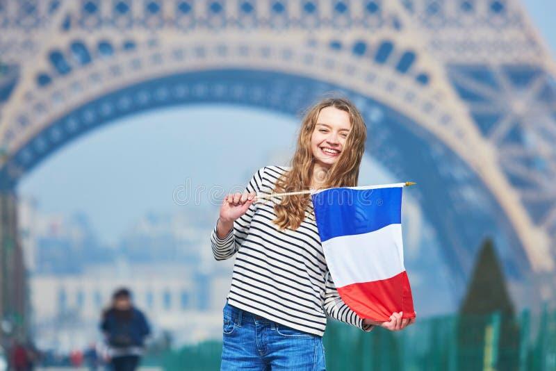 Belle jeune fille avec le drapeau national français photo stock