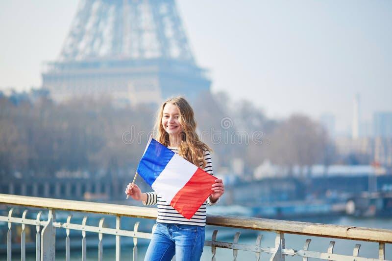 Belle jeune fille avec le drapeau national français photographie stock