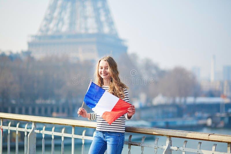 Belle jeune fille avec le drapeau national français photographie stock libre de droits