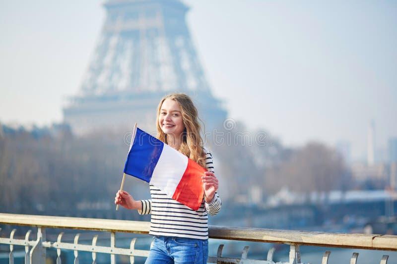 Belle jeune fille avec le drapeau national français image stock