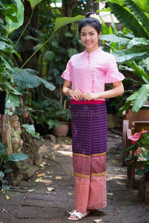 Belle jeune fille avec le portrait traditionnel thaïlandais de robe images libres de droits