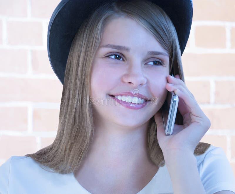 Belle jeune fille avec le téléphone photo libre de droits