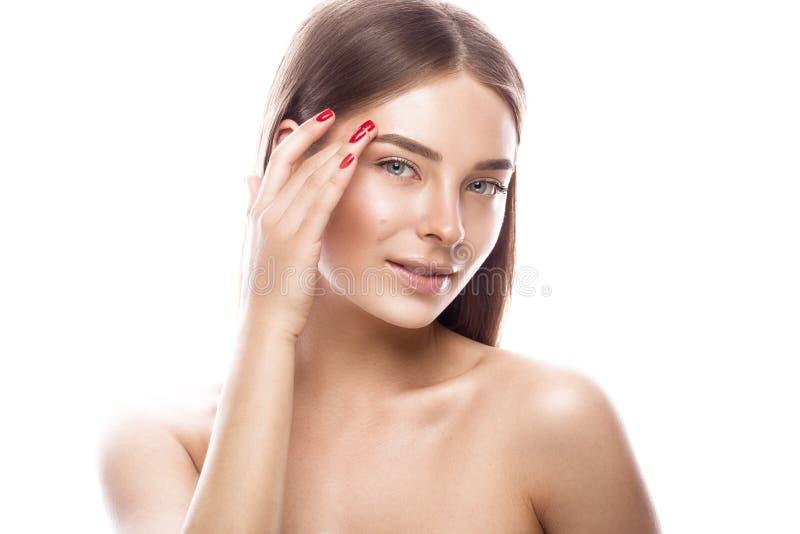 Belle jeune fille avec un maquillage naturel léger et une peau parfaite Visage de beauté image stock