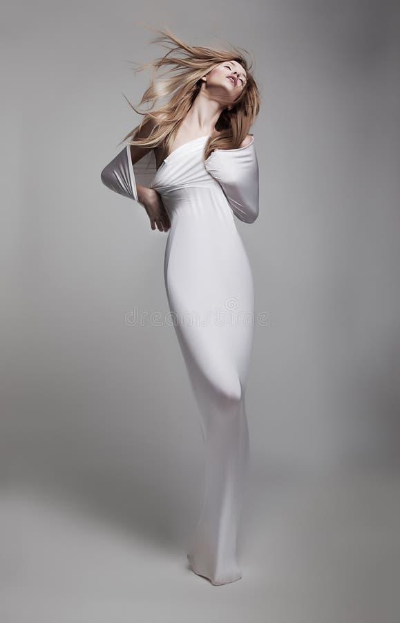 Belle jeune fille bien aérée dans des vêtements blancs photographie stock libre de droits