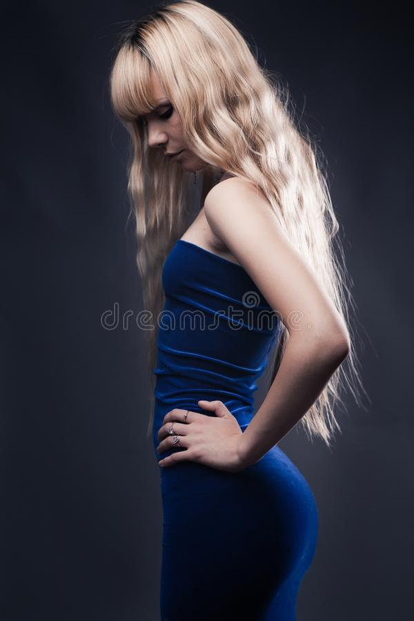 Belle jeune fille blonde photographie stock