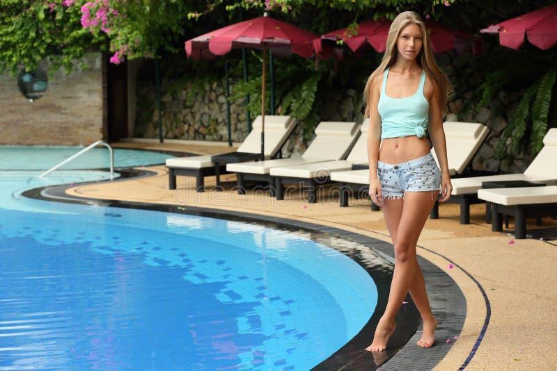Belle jeune fille blonde adulte des vacances à la station de vacances image libre de droits