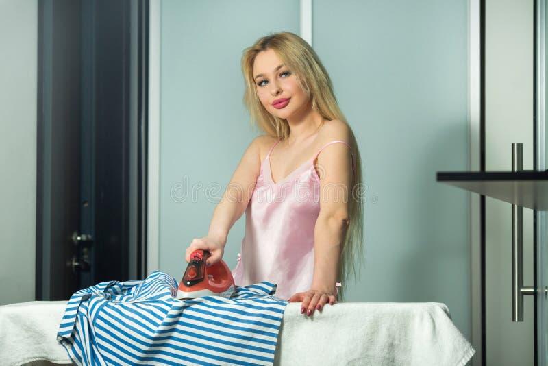 Belle jeune fille blonde avec de longs cheveux image libre de droits